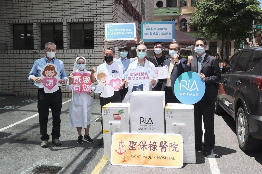 捐贈案在桃園市議員簡志偉(右二)及桃園市政府秘書處副處長蘇盈瑜(左二)的協商與引薦下,加入桃園聖保祿醫院的抗議行列。